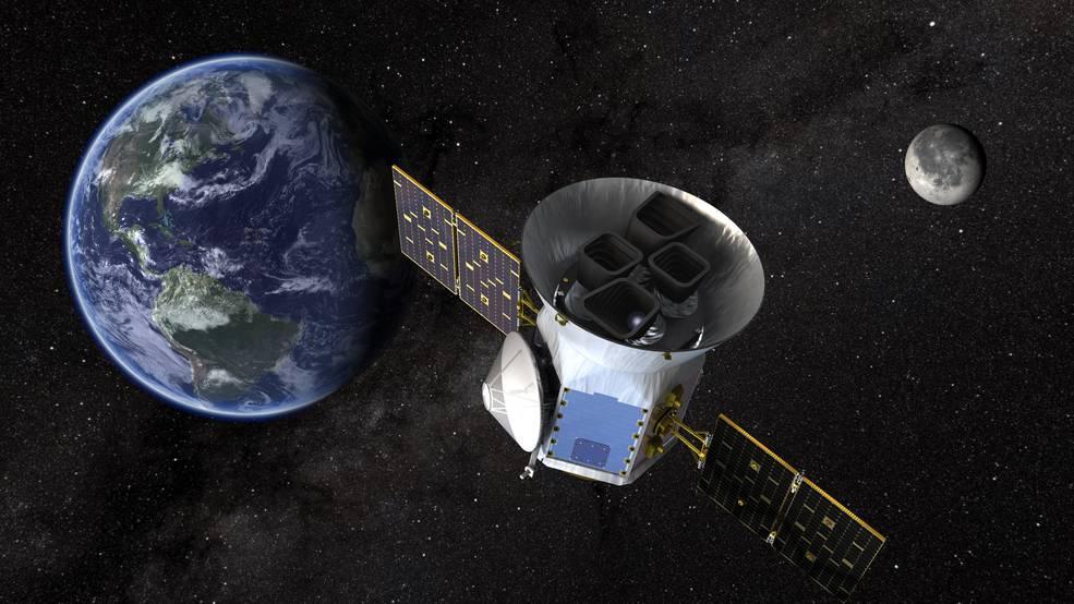 El satélite TESS junto a la Tierra.