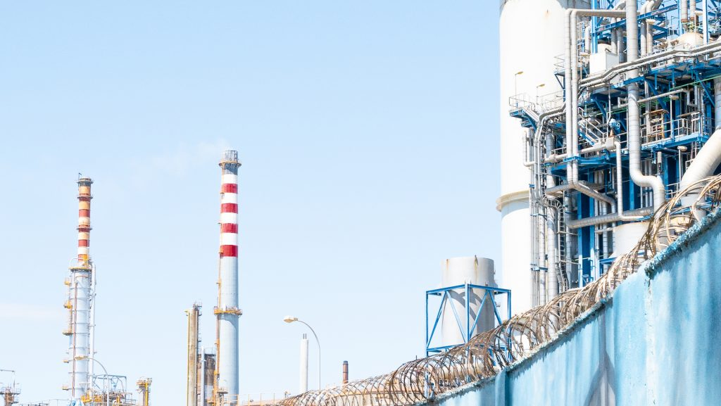La infraestructura de la Refinería de Cepsa y el alambre de espino que cubre el muro. Es una barrera para evitar la denuncia social por parte de la población sobre la crisis ambiental. Está prohibido tomar fotografías del muro hacia dentro.