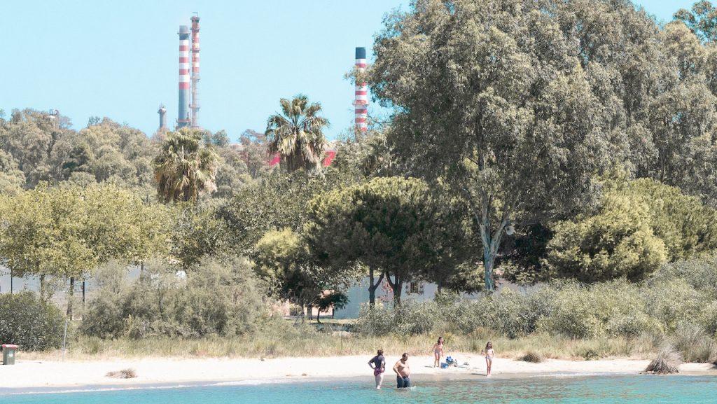 Una familia se baña en la Playa de Guadarranque, próxima a la Refinería Cepsa. La vegetación es una barrera para evitar la denuncia social por parte de la población sobre la crisis ambiental.