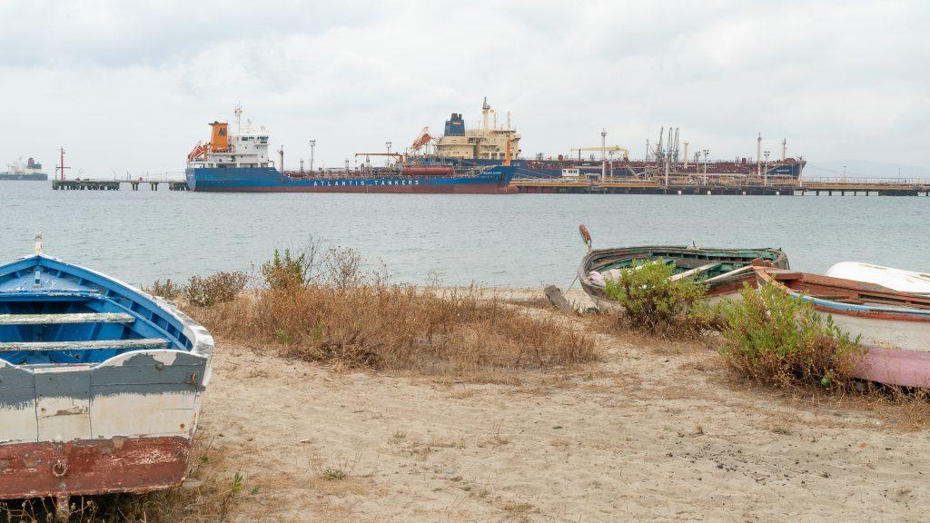 Las barcas viejas y probablemente abandonadas que descansan en la orilla de la Playa de Guadarranque. Una de las consecuencias de la crisis ambiental producida por el desarrollo industrial.