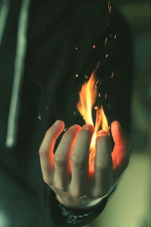 Mano con fuego